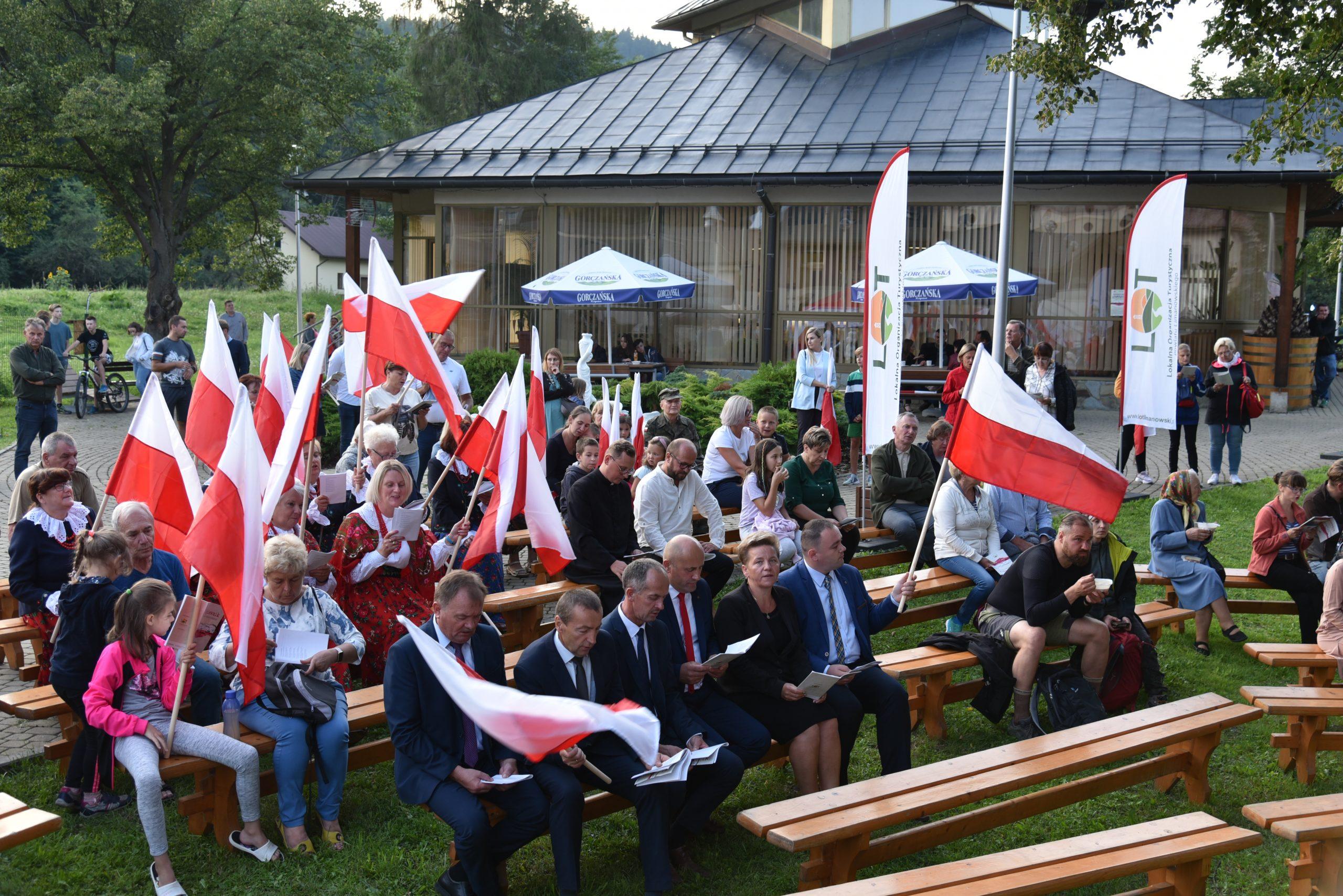 """Relacja z """"Wieczoru pieśni patriotycznych"""" w Pijalni Wód Mineralnych w Szczawie"""